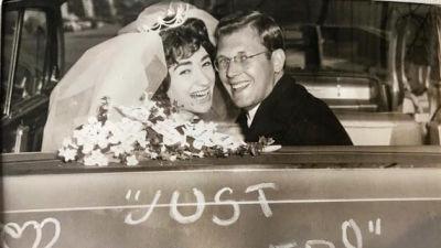 """En svartvit bild där Per-Erik och Pearl är nygifta, sitter i en bil och tittar skrattande ut genom bakfönstret. """"Just married"""" står det på bakluckan."""
