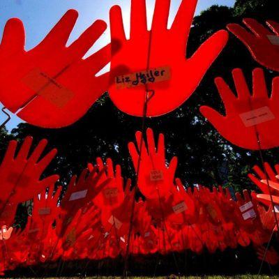 Ystävyyden kädet. Puistotaidetta Sydneyssä. Teos kuvaa valkoisten ja alkuperäisväestön sopusointuista rinnakkaiseloa.