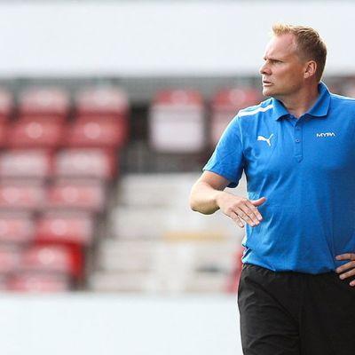 MYPAn valmentaja Toni Korkeakunnas katseli Eurooppa-liigan karsintaottelua tuimana.