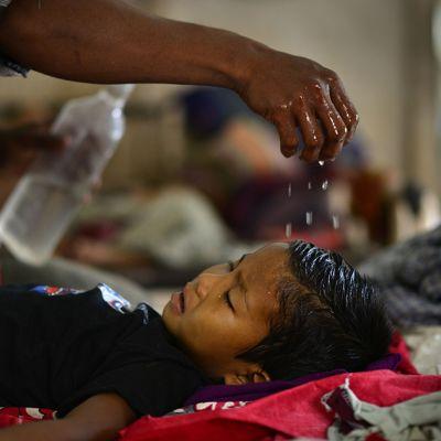 Malariaan sairastunutta lasta hoidetaan Kanchanpurin sairaalassa Tripurassa, Intiassa, 16. kesäkuuta.