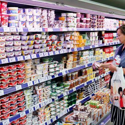 Ruokakaupan asiakkaita maitotuote-hyllyn äärellä Moskovassa 7. elokuuta.