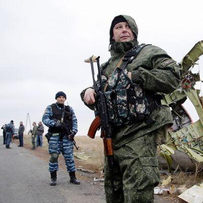 Venäjä-mieliset separatistit vartioivat alasammutun malesialaiskoneen hylkyä.