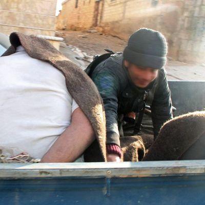 Syyrian Kobanessa auton lavalla vangittu mies.
