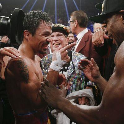 Manny Pacquiao (vas.) ja Floyd Mayweather olivat ottelun jälkeen yhtä hymyä.