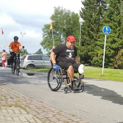 Marko Oinas rullaa pyörätuolilla Oulunsalosta Helsinkiin.