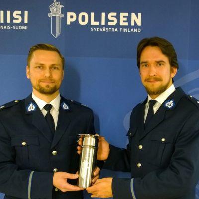Vanhemmat konstaapelit Tomas Jalonen ja Eero Tuominen palkittiin kiertopalkinnolla ja stipendeillä ansioistaan.