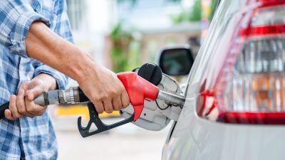 En person tankar sin bil.