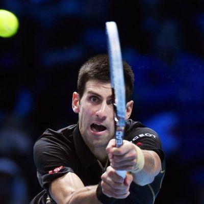 Serbian Novak Djokovic lyö palloa.