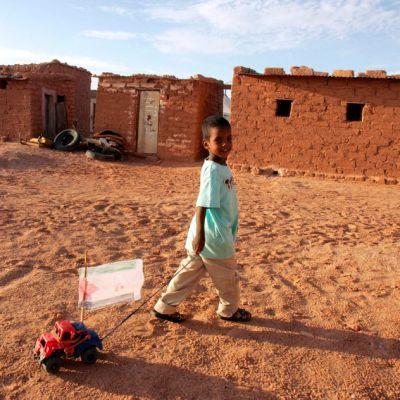 Pikkupoika pakolaisleirissä autiomaassa