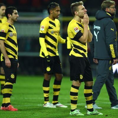 Borussia Dortmundin pelaajat ja päävalmentaja Jürgen Klopp seuraavat kannattajien mielenilmausta.