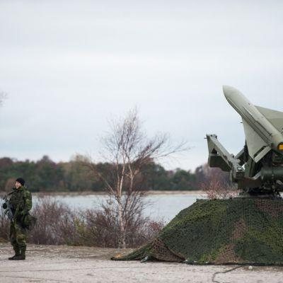 Ilmapuolustuksen rakettia pystytetään Gotlannin rannikolle.