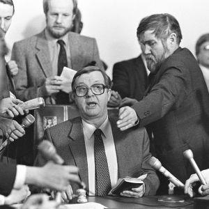 Statsminister Kalevi Sorsa informerar journalister år 1982 då det kommunistiska partiet Demokratiska Förbundet för Finlands Folk röstade emot försvarsbudgeten, vilket skapade en regeringskris som har liknande drag som den pågående regeringskrisen.