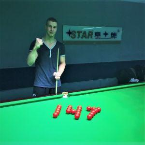 Heikki Niva poserar vid snookerbord efter 147 poäng.