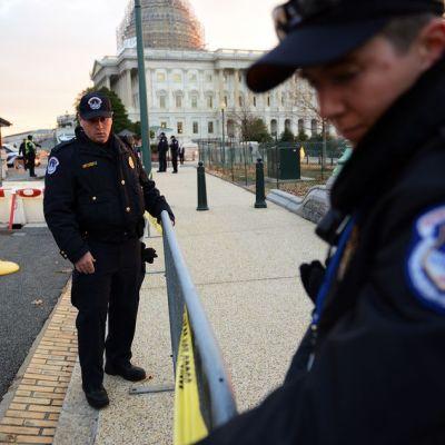 Poliiseja kongressirakennusen edustalla Washingtonissa.