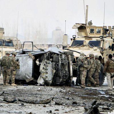 Isaf-joukot tarkastamassa Naton saattueeseen tehdyn itsemurhaiskun tuhoja Kabulissa.