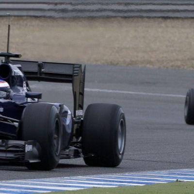 Williamsin Valtteri Bottas, takana vaanii Ferrarin Kimi Räikkönen.