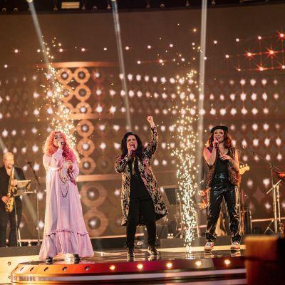 Ellinoora, Kaija Koo ja Etta laulavat säihkeiden keskellä SuomiLOVE-lavalla.