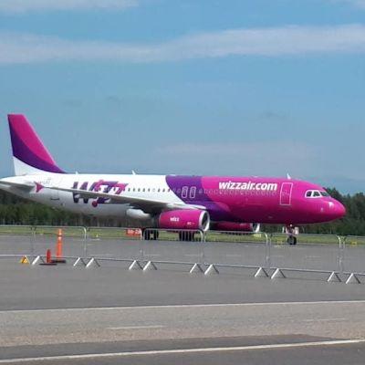 Wizz Airs flygplan på Åbo flygplats