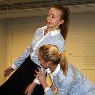 Alina Komulainen ja Essi-Emilia Eskelinen tanssivat.