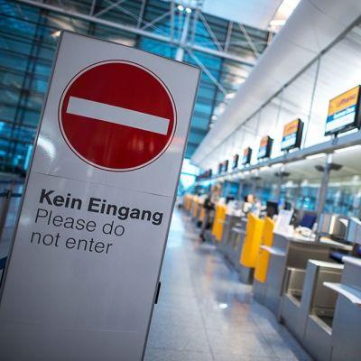 Lufthansan lähtöselvitystiskejä Münchenin lentokentällä.