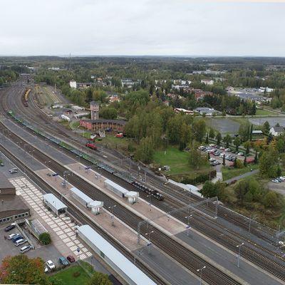 Ilmakuva Toijalan aseman alueesta, keskellä rautatiet