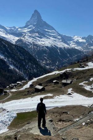 Kapellimestari Pietari Inkinen kotimaisemassa Sveitsissä koronakeväänä 2020, taustalla Matterhornin huippu.