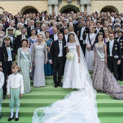 Prinsessa Madeleine, Chris O'Neill ja häävieraat poseeraavat kuvaajille Drottningholmin linnan portailla.