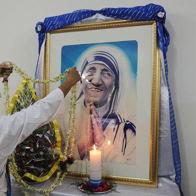 Nunna koristelee Äiti Teresan kuvaa.