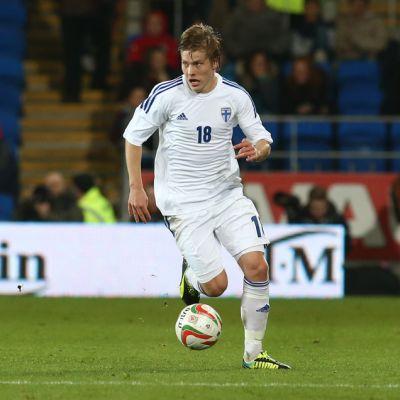 Suomen maajoukkueen Jere Uronen kuljettaa palloa.