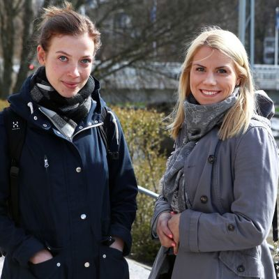 Tuoreet kansanedustajat Li Andersson ja Saara-Sofia Sirén seisovat Aurajoen rannalla Turussa.