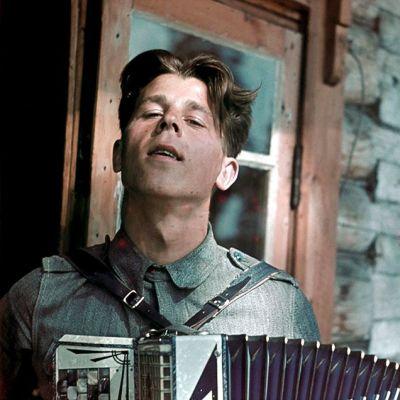 Sotilas soittamassa harmonikkaa.