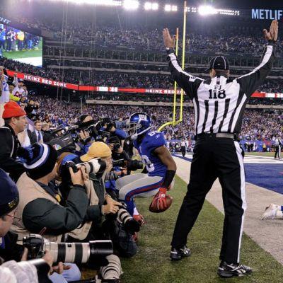 Tuomari osoittaa touchdownia New York Giantsin Hakeem Nicksin tultua maaliin.