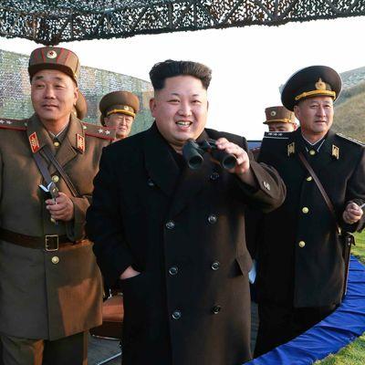 Kim Jong-Un seurasi sotaharjoitusta Pohjois-Koreassa.