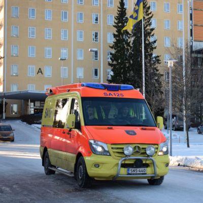 Satakunnan keskussairaalan eli Satasairaalan edessä ajava ambulanssi Porissa Tiilimäellä tammikuussa 2019.