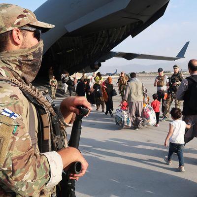 Evakuintioperaatio Kabulin lentokentällä.