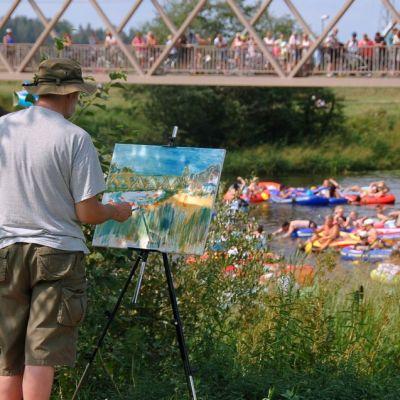Pentti Karvonen maalasi viime kesän Kaljakellunnasta useita tauluja.