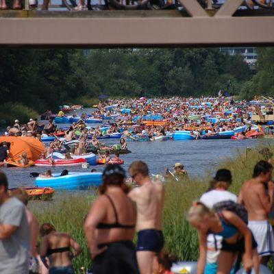 Viime kesän Kaljakellunnassa joki oli täynnä kumiveneitä Tuomarinkylän kohdalla.