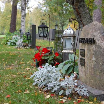 Luonnonkivistä tehdyt hautakivet yleistyvät hautausmailla.