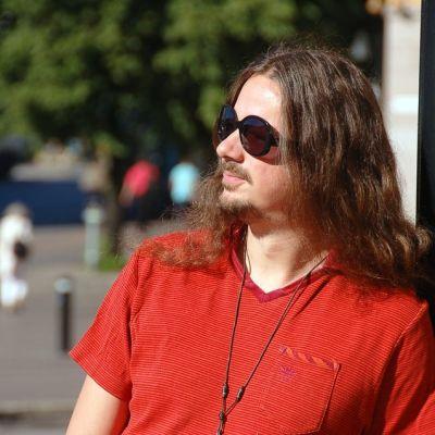Lauri Porra on monipuolinen basisti ja säveltäjä. Hän soittaa muun muassa Stratovariuksen riveissä.