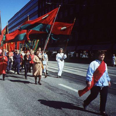 Punalippuja työväen vappumarssilla vuonna 1989.