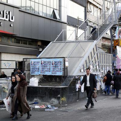 Katunäkymä Teheranissa. Isossa vaalimainoksessa on ehdokkaiden kasvokuvia.