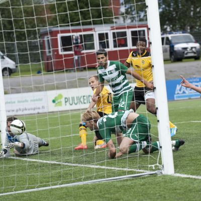 Sander Puri tekee maalin jalkapallo-ottelussa KuPS - Bursaspor.
