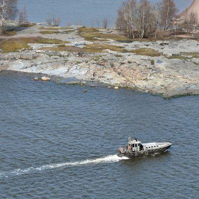 Merivoimat etsivät vedenalaista kohdetta Helsingin edustalla 28. huhtikuuta.