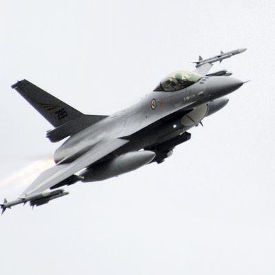 F-16 nousee ilmaan Bodoessa Pohjois-Norjassa maaliskuussa 2011.