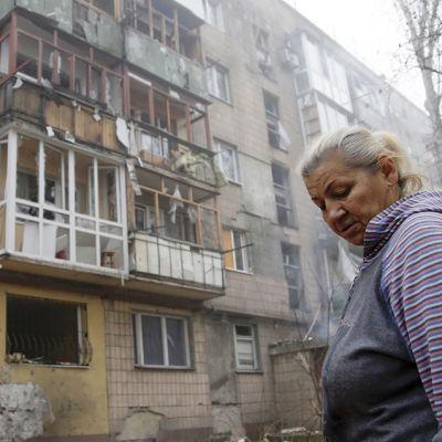Perjantain vastaisena yönä pommituksessa tuhoutunut rakennus Donetskissa 7. marraskuuta.
