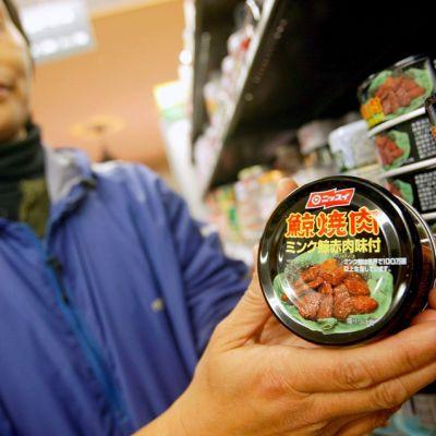 Tölkissä myytävää lahtivalaan lihaa japanilaisessa ruokakaupassa. Kuva on vuodelta 2004.