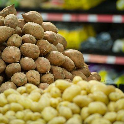 Bataatit ja perunat kaupassa.