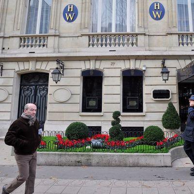 Ohikulkijoita timattiliike Harry Winstonin edustalla Pariisissa 7. joulukuuta 2008.