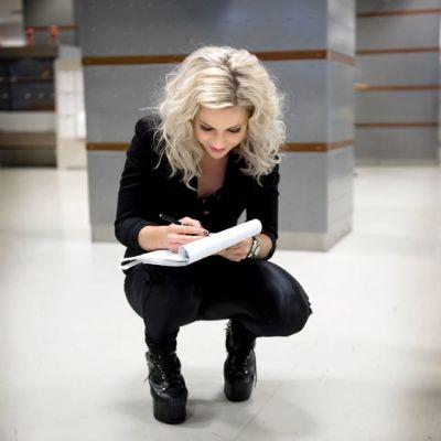 Krista Siegfrids jakaa nimikirjoituksia Yleisradion aulassa.