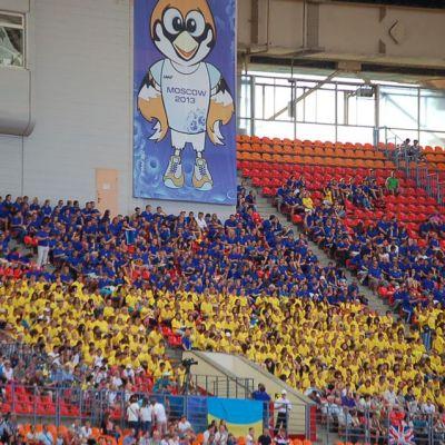 Sinisiin ja keltaisiin t-paitoihin sonnustautuneita Ukrainan kannattajia Moskovan MM-kisojen katsomossa.